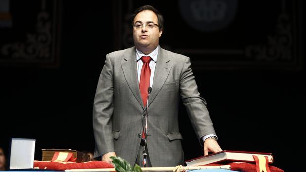 El alcalde de Legnaés, Santiago Llorente, en su toma de posesión en 2015