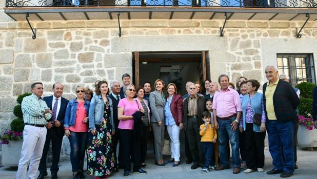 Cospedal, junto a la alcaldesa Marina García, concejales y vecinos de Menasalbas
