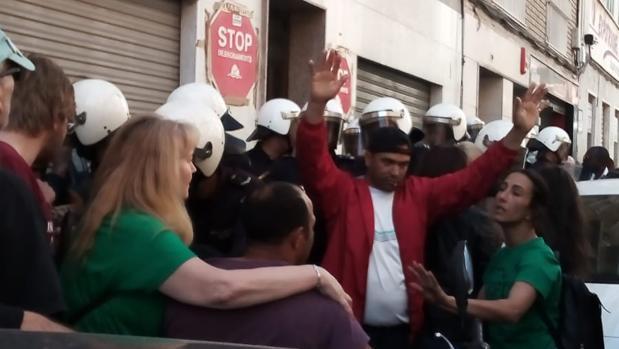 Un momento del desahucio con el despliegue policial en Elche