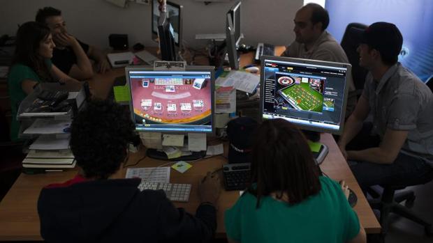 Jóvenes jugando on-line en páginas de apuestas