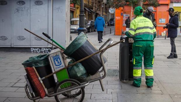 Un operario del servicio de limpieza, en una calle de Lavapiés