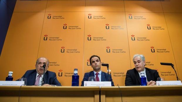 A la derecha, el profesor Pablo Chico de la Cámara, junto al rector de la URJC Javier Ramos y el director del máster Enrique Álvarez Conde