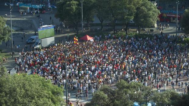 Una pantalla, instalada por Barcelona con la Selección en plaza Cataluña en 2016