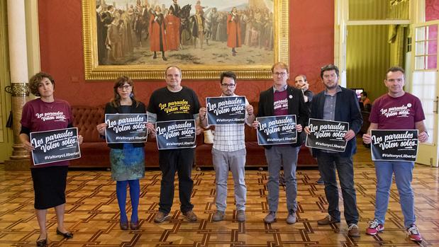 Los diputados de Podemos en los pasillos del Parlamento balear