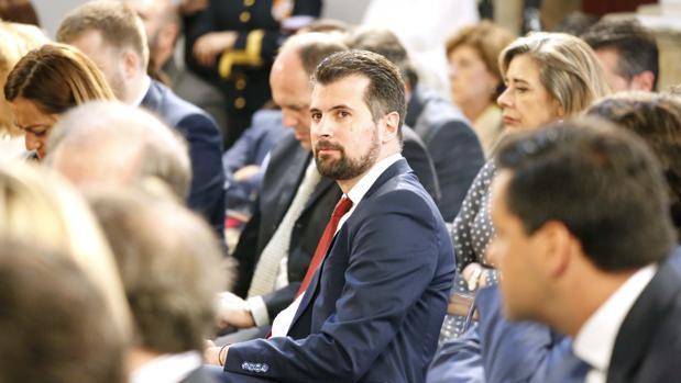 El portavoz del grupo socialista, Luis Tudanca, durante el Pleno de las Cortes por la presentación del informe anual del Procurador del Común en la capilla del Colegio Fonseca de Salamanca