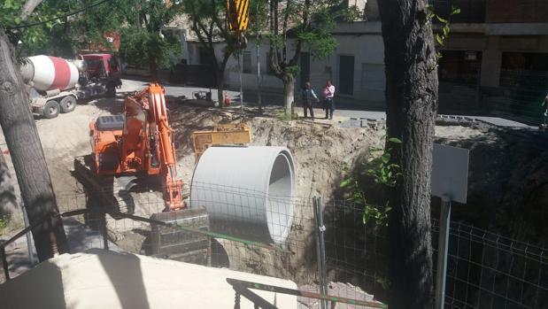 El alcalde, Rafael Martín, observa el desarrollo de las obras