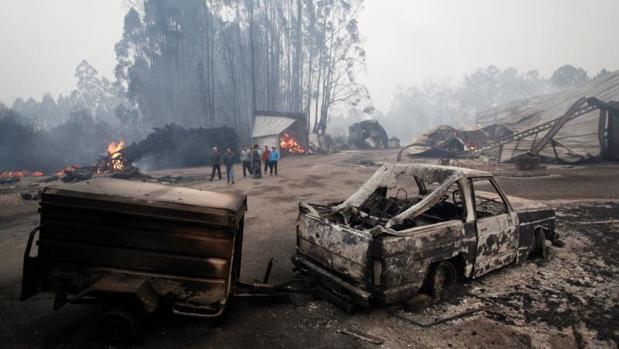 Coches calcinados por las llamas el pasado octubre en As Neves (Pontevedra)