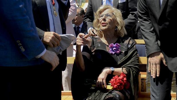 Manuela Carmena, sentada en la pradera de San Isidro