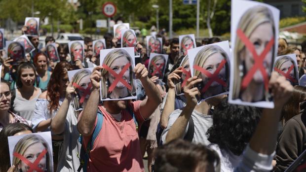 Los estudiantes sostienen la foto de Cifuentes con la cara tachada para mostrar su rechazo