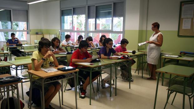 Una profesora imparte clase en una imagen de archivo