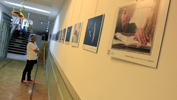 Fotografías expuestas en uno de los pasillos de la Biblioteca de Castilla-La Mancha