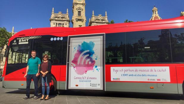 Giusseppe Grezzi y Carmen Amoraga, con uno de los autobuses de la línea 5 que circulará gratis este fin de semana
