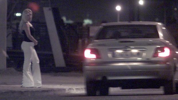 Un coche transita por la zona del polígono de Marconi por la noche