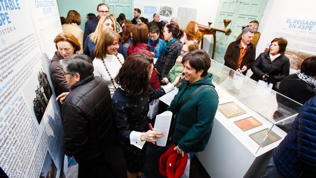 Numeroso público en la exposicion «Hechos de agua» en Aspe
