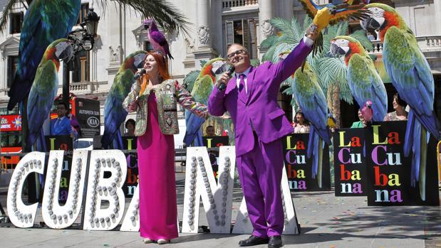 """Los miembros de la compañía La Cubana posan tras la presentación de su nuevo espectáculo """"Adiós Arturo"""" en la plaza del Ayuntamiento de Valencia"""
