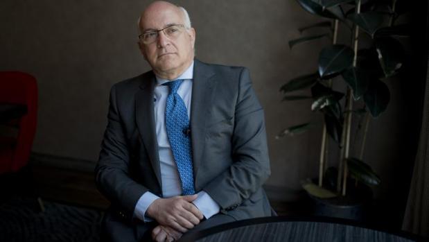 Javier Zarzalejos posa para ABC después de la entrevista