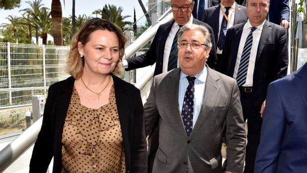 El ministro del Interior, Juan Ignacio Zoido, junto a la delegada del Gobierno en Baleares, María Salom