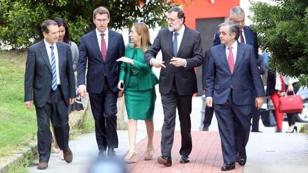 Mariano Rajoy, esta mañana a su llegada al acto en Vigo, acompañado de Núñez Feijóo, Ana Pastor, Abel Caballero y Juan Güell