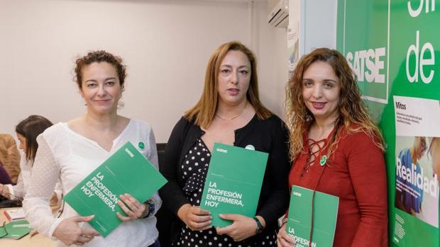 Mercedes Gago, en el centro, y representantes de Satse, este pasado lunes en Valladolid