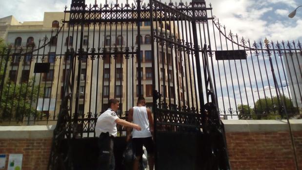 Un agente cierra la puerta del parque tras la salida de un hombre