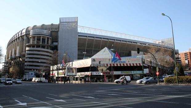 El Santiago Bernabéu, con el centro comercial de La Esquina delante