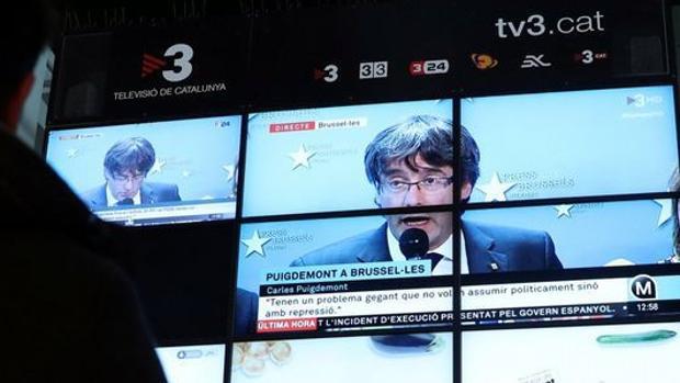 Imagen de Puigdemont proyectada en las pantallas de la radiotelevisión catalana