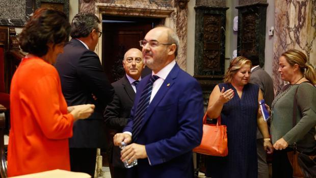 Eusebio Monzó, portavoz del PP en el Ayuntamiento (y único concejal no investigado), junto a varios ediles