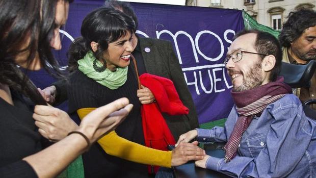 La líder de Podemos Analucía, Teresa Rodríguez, saluda al secretario de Organización de Podemos, Pablo Echenique