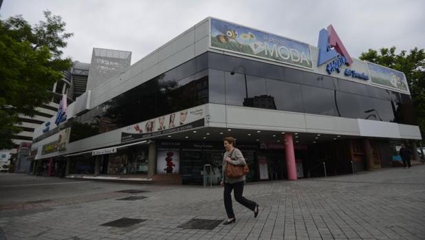 Una mujer pasa por delante del centro comercial La Esquina del Benabéu, que será derruido