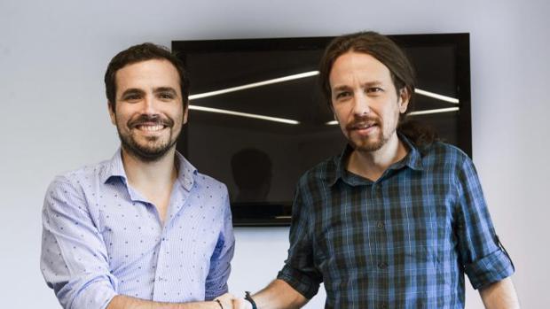 El líder de IU, Alberto Garzón, y el secretario general de Podemos, Pablo Iglesias