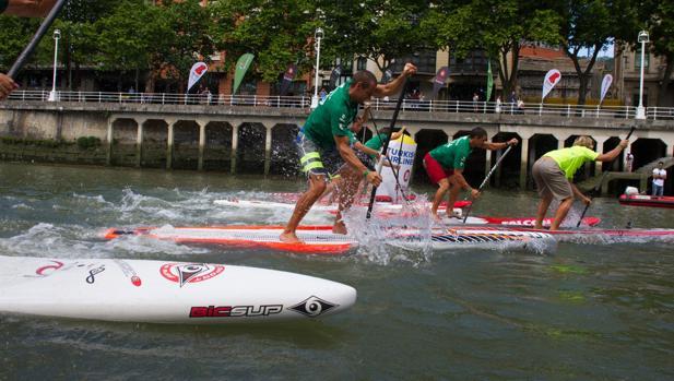 Los mejores surfistas de remo se citan en la Ría de Bilbao