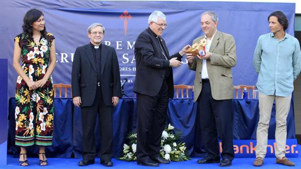 El arzobispo, entregó el galardón al director de la Fundación Ayuda a la Iglesia Necesitada