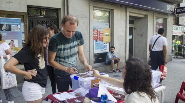 Un hombre acude a votar en la consulta de Vallecas