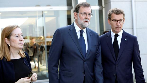 El expresidente del Gobierno Mariano Rajoy (c); la presidenta del Congreso de los Diputados, Ana Pastor (i), y el presidente de la Xunta, Alberto Núñez Feijóo (d)