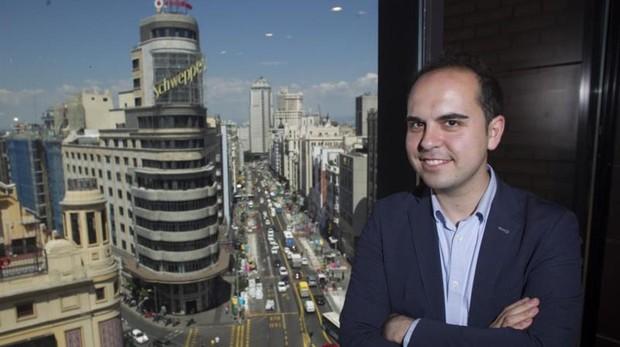 El delegado José Manuel Calvo posa para ABC con la Gran Vía de fondo, que está en plenas obras para ampliar sus aceras