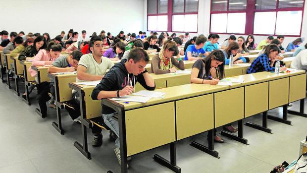 Alumnos durante una prueba de acceso a la universidad