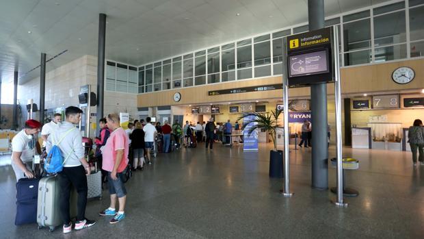 Pasajeros esperando para facturar en el aeropuerto de Villanubla