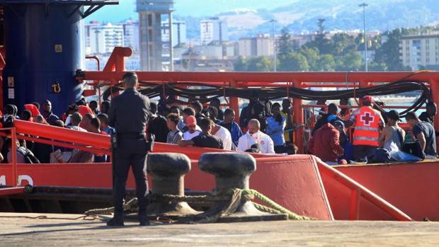 Efectivos policiales en Algeciras junto a algunos de los inmigrantes rescatados por Salvamento Marítimo ayer en aguas del Estrecho de Gibraltar