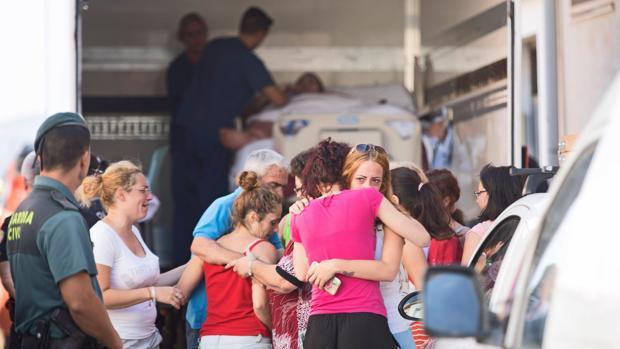 La familia de Teo Rodríguez, desolada frente a camión que le trasladó a su domicilio el martes