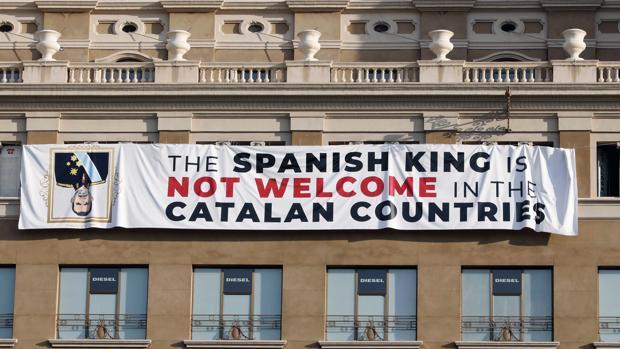 Pancarta en contra del Rey en la fachada de un edificio de la plaza de Cataluña