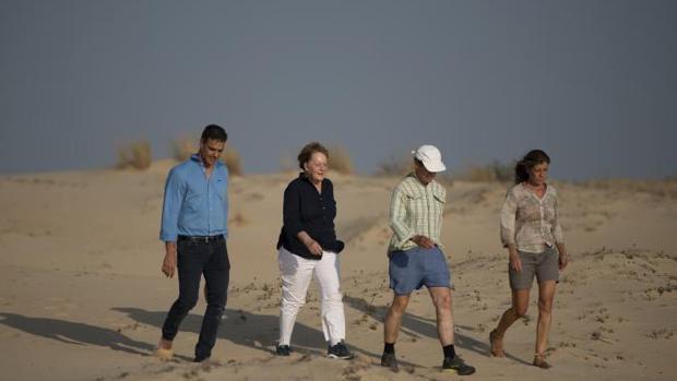 Sánchez y Merkel de paseo por Doñana junto sus cónyuges