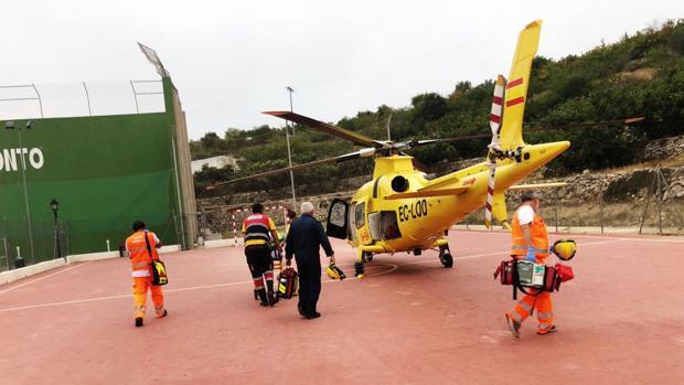 Imagen del helicóptero en la pista de fútbol sala del pueblo