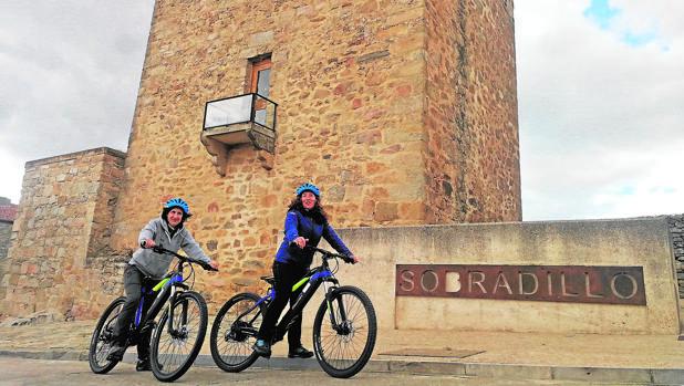 Dos personas recorriendo el paraje salmantino de Sobradillo en bicicleta