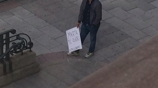 El joven, con el cartel de «Marta, te quiero. Perdóname», en la mano