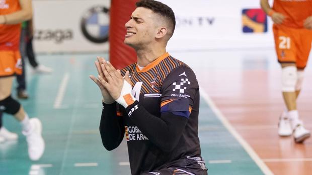 El jugador Vinicius Noronha, fotografiado durante un partido con su club, el Voleibol Teruel