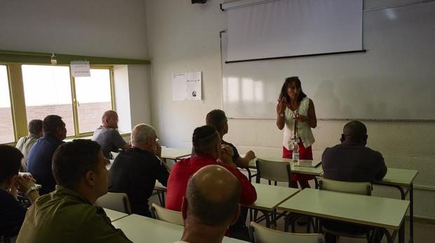 La directora del centro, con los alumnos en la cárcel de Soto del Real