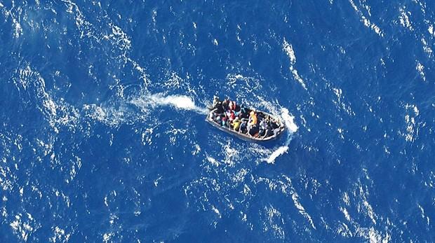 Fotografía de una embarcación ilegal con inmigrantes llegando a las costas de España