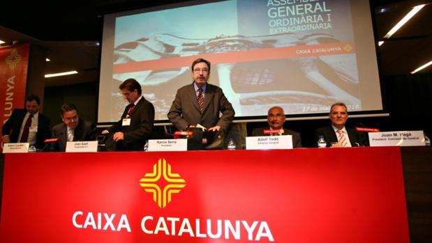 Narcís Serra, y Todó a su izquierda, durante una asamblea general en 2010 de la entidad