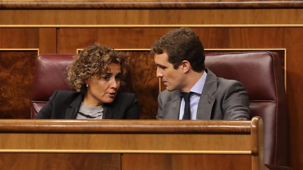 Dolors Montserrat y Pablo Casado, en el Congreso