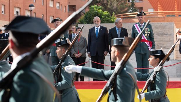 El director general de la Guardia Civil, Felix Azón, y el general y jefe de la Guardia Civil en Cataluña
